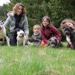 Magalie, les enfants et les chiens du Hameau